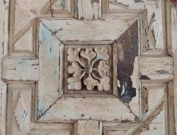 """Central detail of the door """"of the flower"""" before the restoration"""
